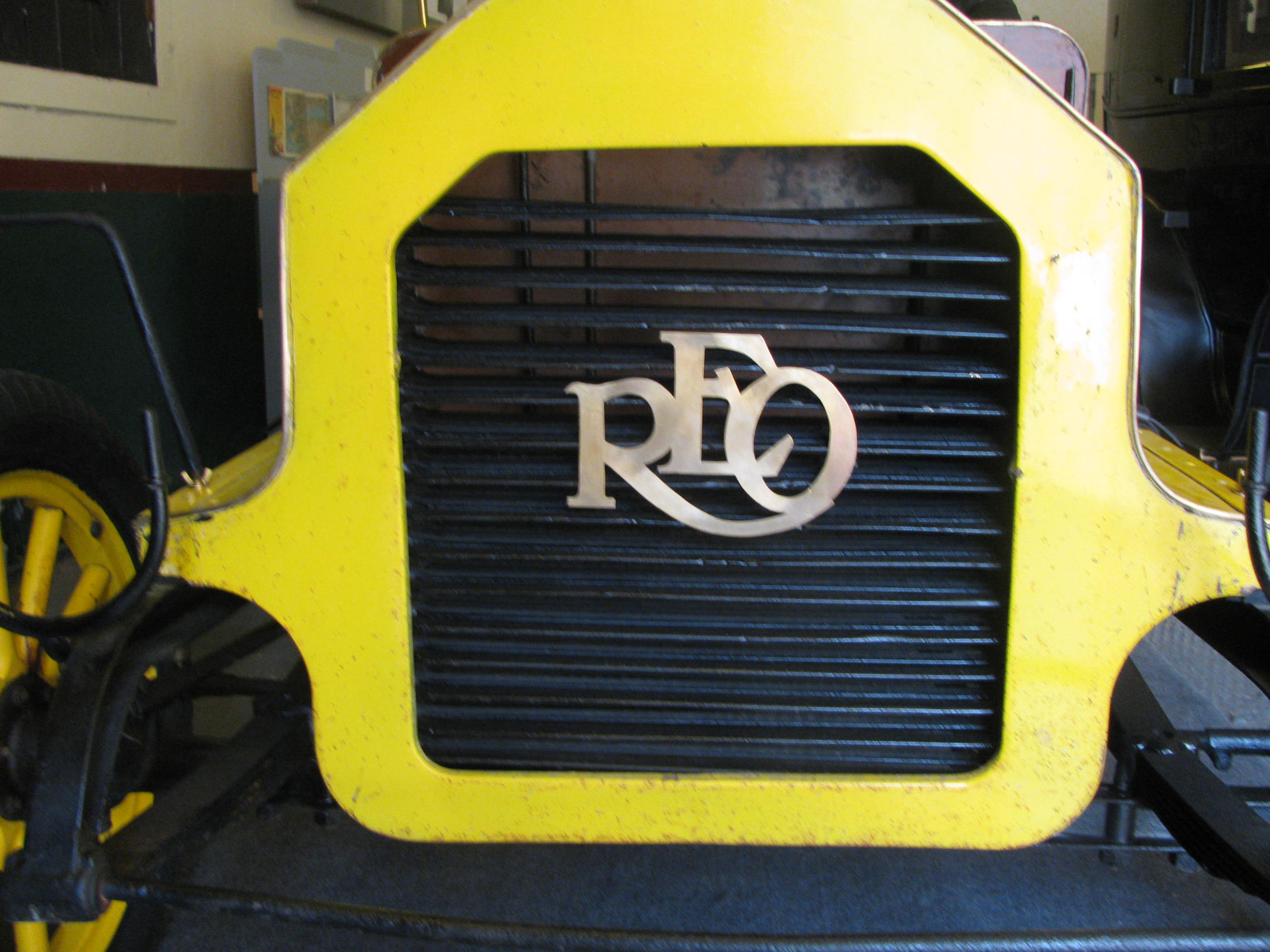 1909_Reo_grill_and_logo.jpg